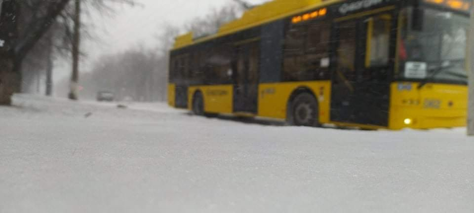 Сильний снігопад у Сумах ускладнює рух громадського транспорту , фото-1