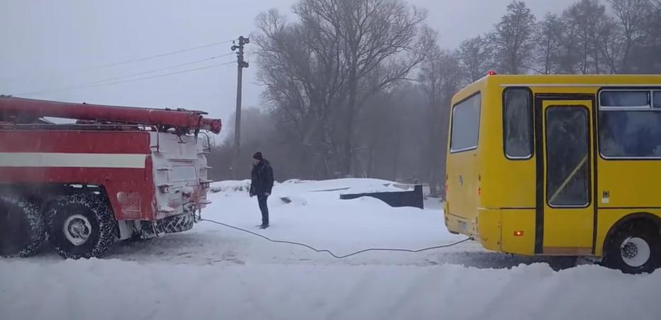 На Сумщині рятувальники вивільнили зі сніговий замету легковий автомобіль та автобус , фото-2