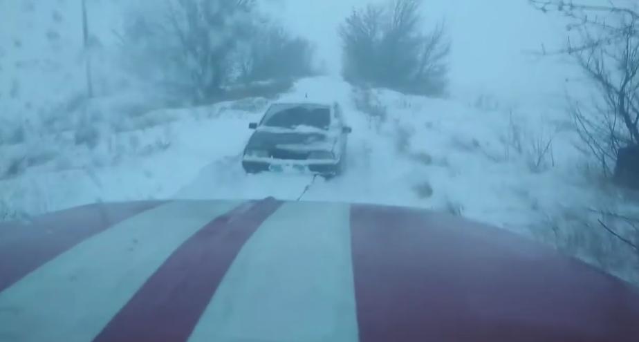 На Сумщині рятувальники вивільнили зі сніговий замету легковий автомобіль та автобус , фото-1