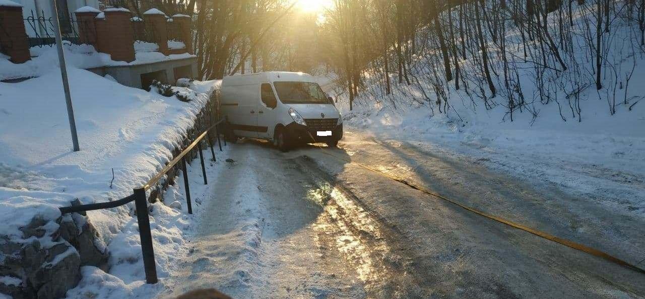 У Сумах рятувальники допомогли водію, мікроавтобус якого застряг на підйомі , фото-1