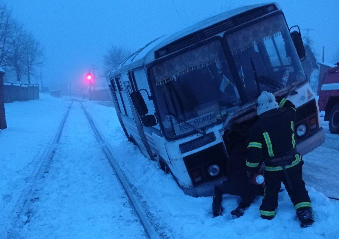 На Сумщині до кювету потрапили «швидка» та рейсовий автобус, фото-1