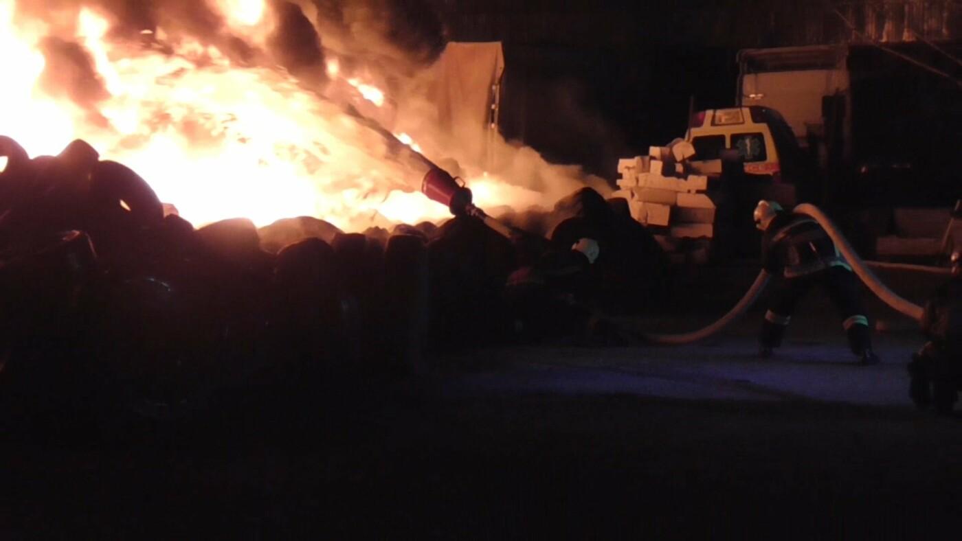 Масштабна пожежа у Сумах: на площі близько 200 кв. м горіли шини, фото-1