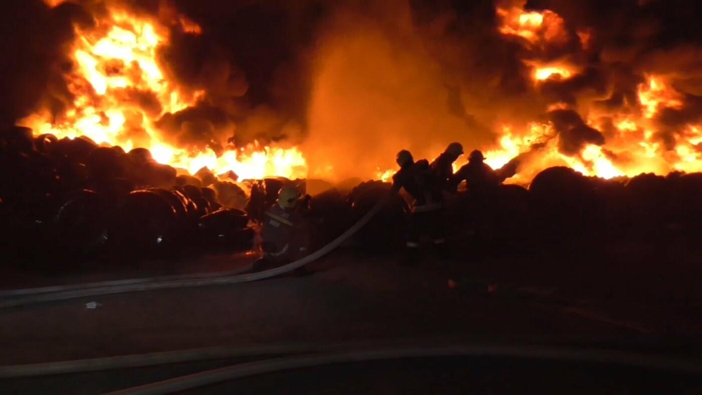 Масштабна пожежа у Сумах: на площі близько 200 кв. м горіли шини, фото-3