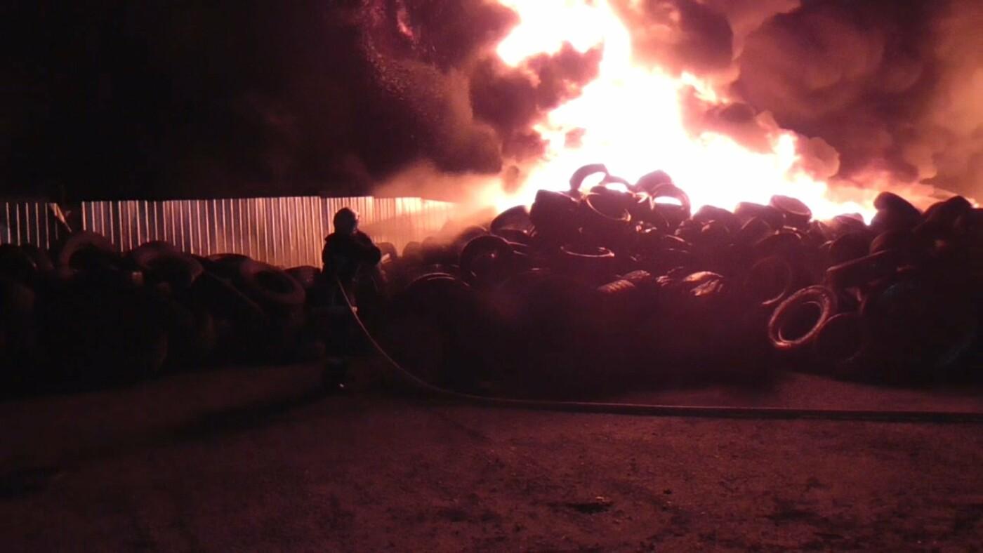 Масштабна пожежа у Сумах: на площі близько 200 кв. м горіли шини, фото-2