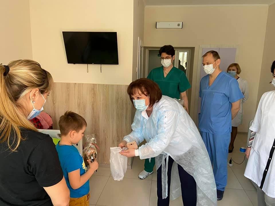 Маленьких пацієнтів та колектив дитячої лікарні Святої Зінаїди привітали із прийдешніми Великодніми святами , фото-1