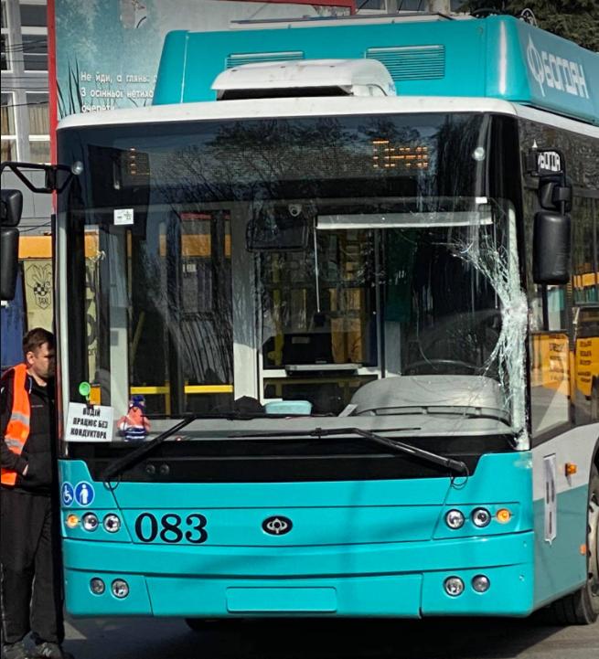 У Сумах біля автовокзалу тролейбус потрапив у ДТП, фото-2