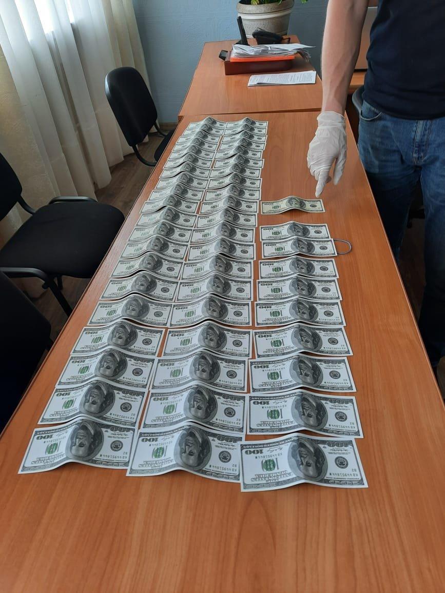 5 тис доларів за угоду на постачання питної води –  на Сумщині затримано службовця Укрзалізниці , фото-1